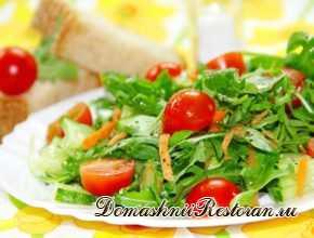 Салат с рукколой, огурцами и помидорами