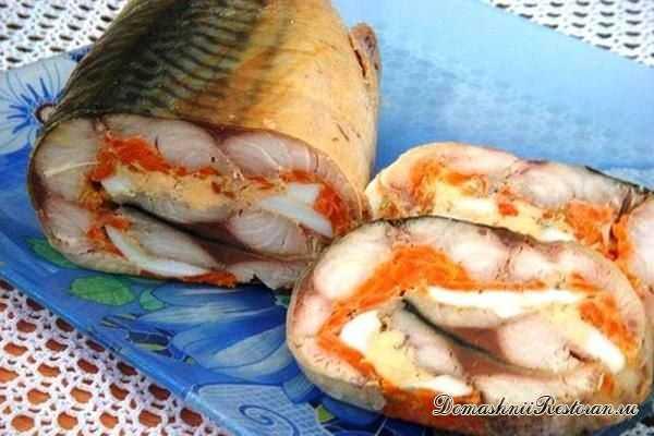 Закусочный рулет из скумбрии с морковью