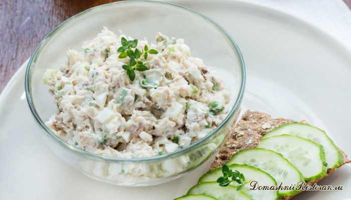 Салат с тунцом, яйцом и огурцом