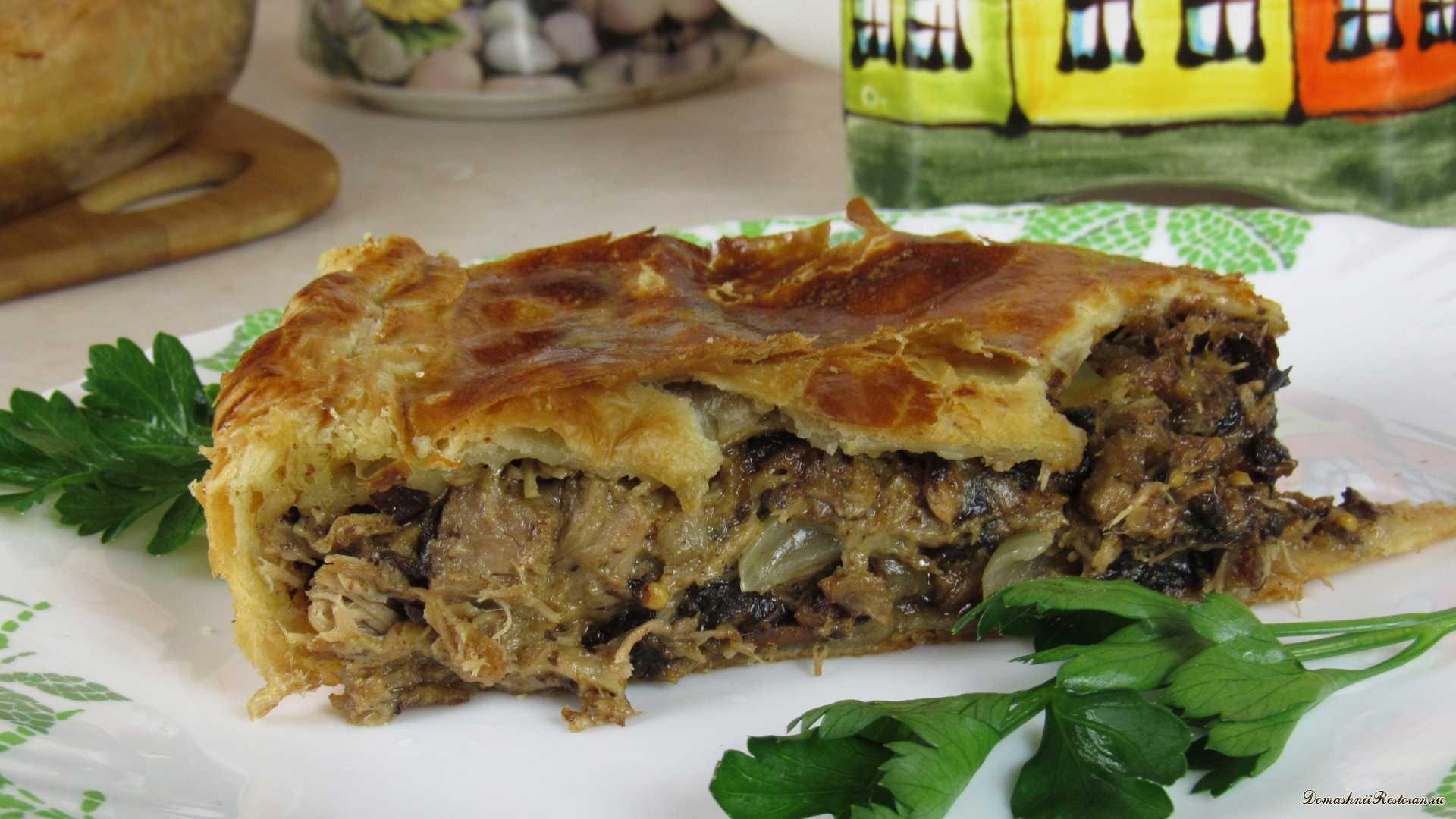 Рецепт мясного пирога с сыром и черносливом