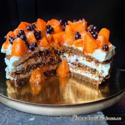 Морковный торт с хурмой и черной смородиной