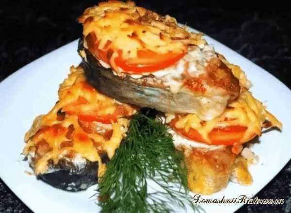 Рыба запеченная с помидорами под сыром