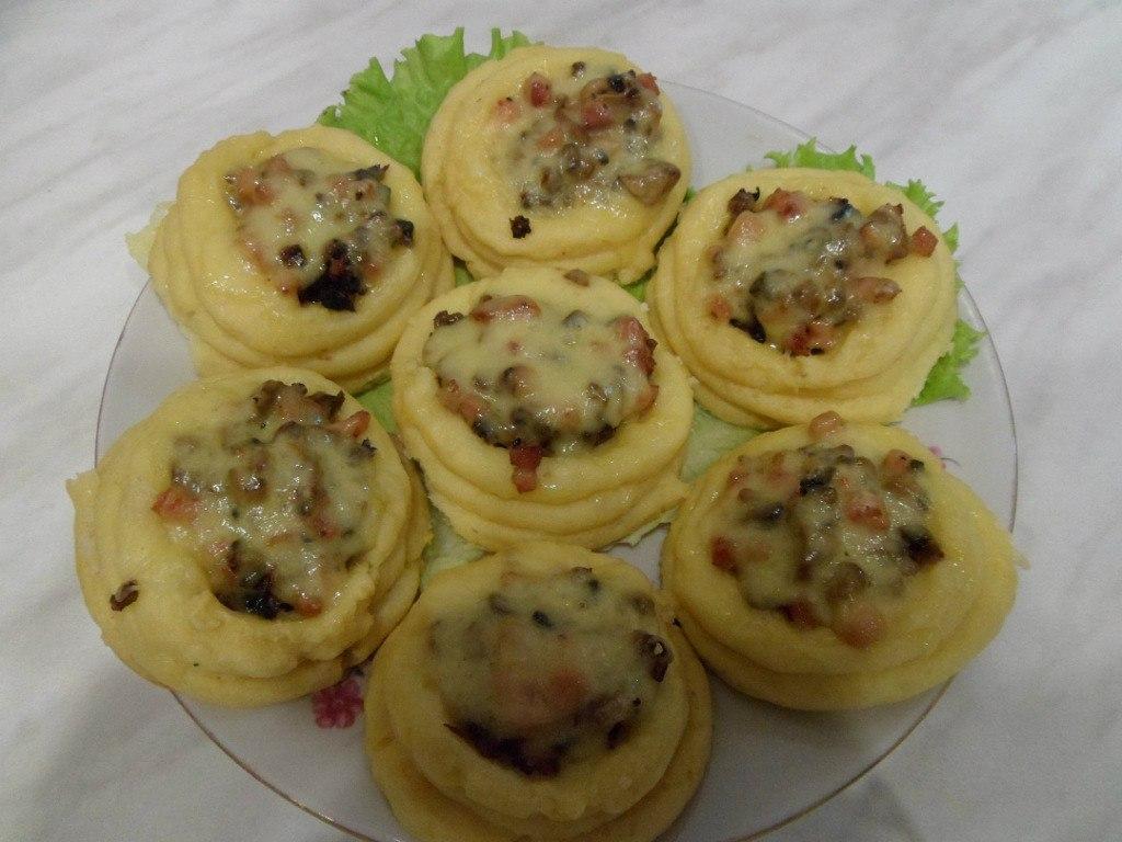 Картофельные корзиночки с грибами и ветчиной