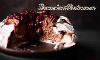 «Павлова с шоколадным муссом и вишневым топпингом»